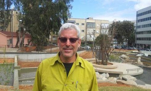 אדריכל הנוף רם אייזנברג בפארק קרית ספר: ''נתתי לפרויקט את נשמתי'' (צילום: אמנון שביט)