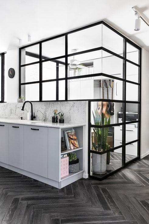 החדר השקוף, בגב המטבח, הוא חצי חדר, אבל רב-תכליתי (צילום: איתי בנית)