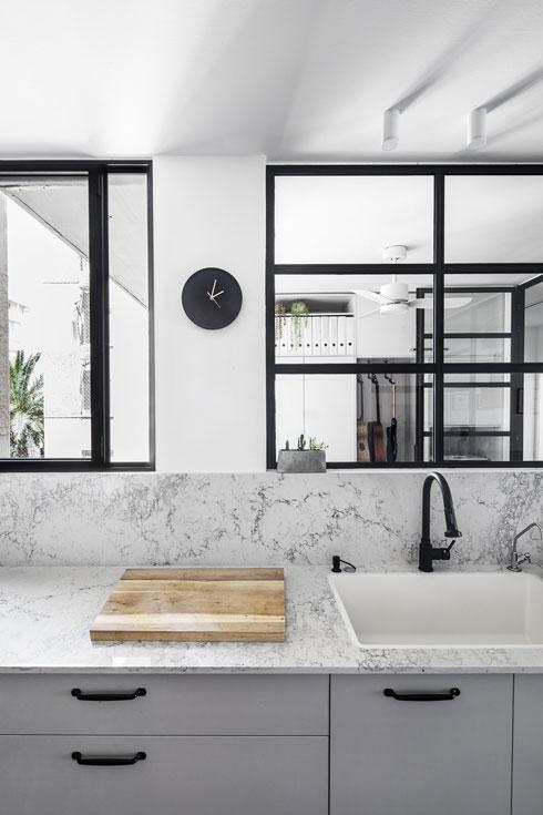 במטבח: משטח העבודה מטפס עד החלונות (צילום: איתי בנית)