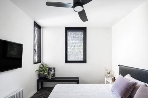 חדר השינה קטן ופונקציונלי (צילום: איתי בנית)