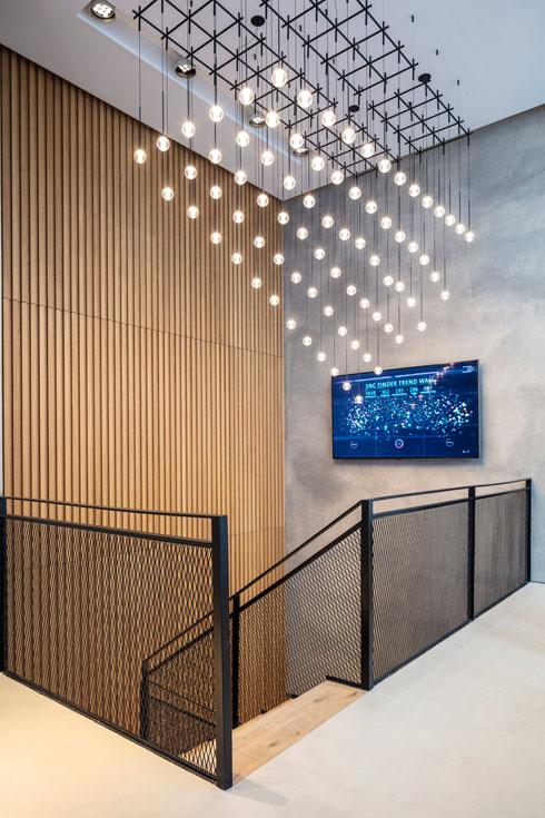 גוף תאורה רב-נורות מסמן את הדרך למטה, אל קומת המרתף (צילום: עמית גרון)