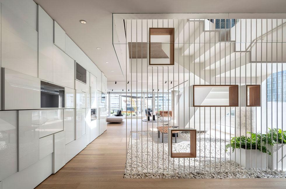 """לחיפוי ליבת הבניין תוכנן """"קיר פיקסלים"""" העשוי קופסאות אלומיניום וזכוכית לבנה בשילוב על מסכים וגופי תאורה (צילום: עמית גרון)"""