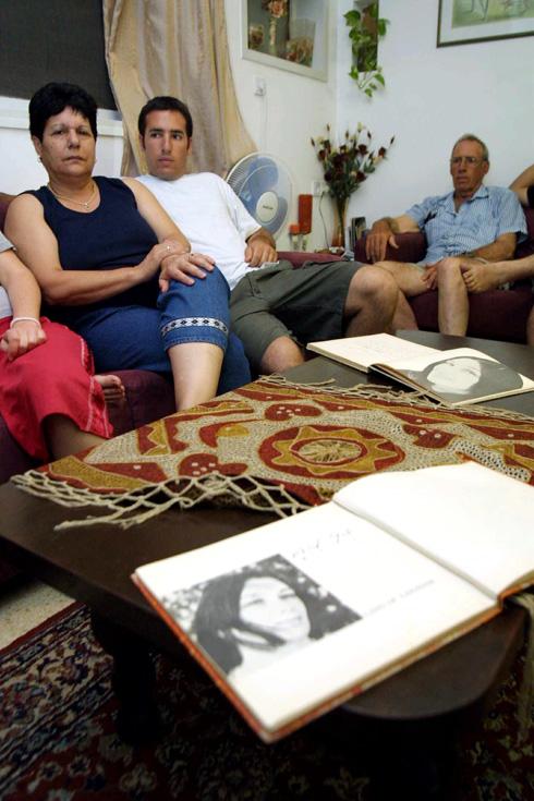 """יענקל'ה ספיר (מימין), עם בנו איתי ואשתו זהבה אחרי מותה של נעמי שמר. """"האקורדיוניסט של הקיבוץ"""" (צילום: עמית מגל)"""