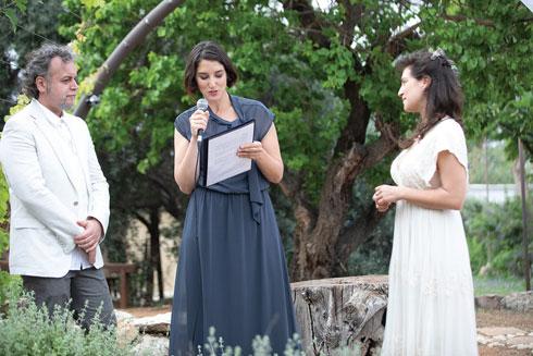 עם רומי נוימרק, שבזכות הריאיון עמה השניים נפגשו, והוזמנה לנהל את טקס ההחתונה (צילום: טל שחר)