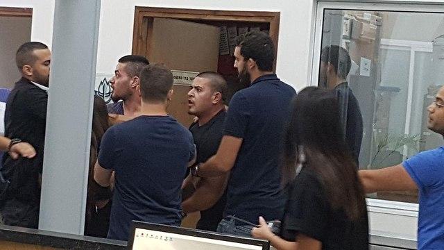 תקיפת צלם YNET בבית משפט השלום (צילום: ישי פורת)