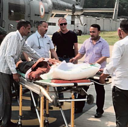 """הקונסול סנה (בשחור) במהלך פינוי תרמילאי ישראלי פצוע. """"תמיד זה קורה בסופי שבוע, אמצע הלילה או חגים"""