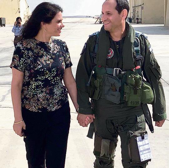 """הוא טייס קרב בחיל האוויר היא מש""""קית חינוך בגולני: איילת ואופיר שקד"""