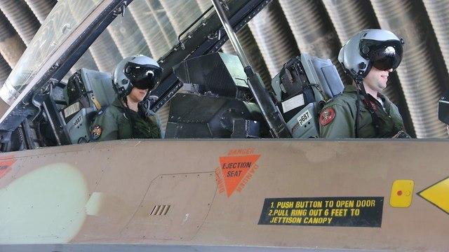 הטייסים והנווטת בבסיס חצור (צילום: מוטי קמחי)