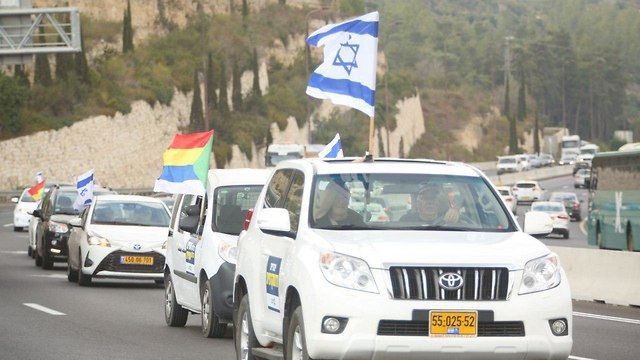 שיירת רכבים בכביש  בכניסה לירושלים (צילום: חן גלילי)