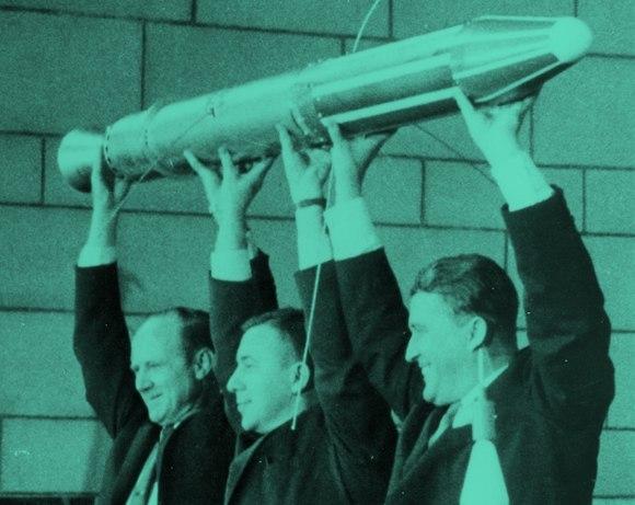 """הלווין האמריקאי הראשון נשא מונה גייגר שפיתח. ון אלן (באמצע) מניף את אקספלורר 1 עם פיקרינג (צילום: נאס""""א)"""