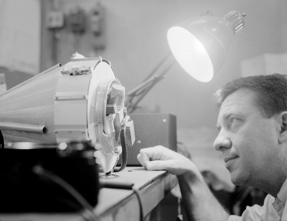 התעניין מגיל צעיר במדע ובטכנולוגיה, ואהב לבנות מכשירים אלקטרוניים. ון אלן בוחן את החללית פיוניר 2 (צילום: נאס