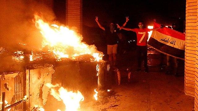 Des manifestants irakiens incendient le consulat iranien (Photo: Reuters)