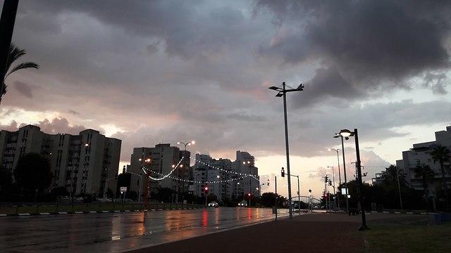 מזג אוויר גשום בנתניה (צילום: אליסה מיטצ'יקוב )