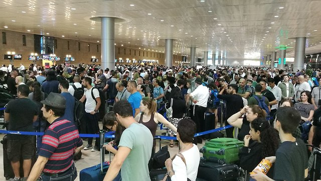 Travellers at Ben-Gurion Airport (Archive) (Photo: Uri Davidovich)