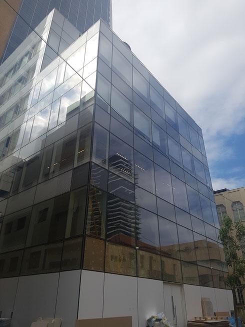 """הבניין מבחוץ, סמוך לפינת לילינבלום-הרצל בת''א. בקרוב תפעל כאן המסעדה, שבה יתחלף שף בכל חצי שנה (צילום: איתי כ""""ץ)"""