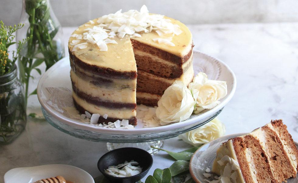 עוגת דבש־תבלינים עם קרם שמנת (צילום וסגנון: מילי אליהו)