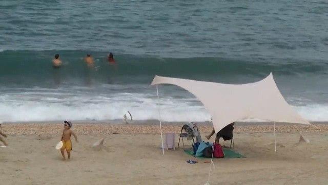 עסקים כרגיל בחוף פלמחים (צילום: עמית הובר)