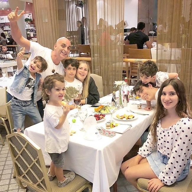 Юваль Мевульбаль с женой и детьми