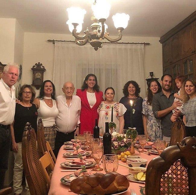 Гила Альмагор с семьей