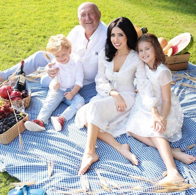 Николь Райдман с детьми и спутником жизни
