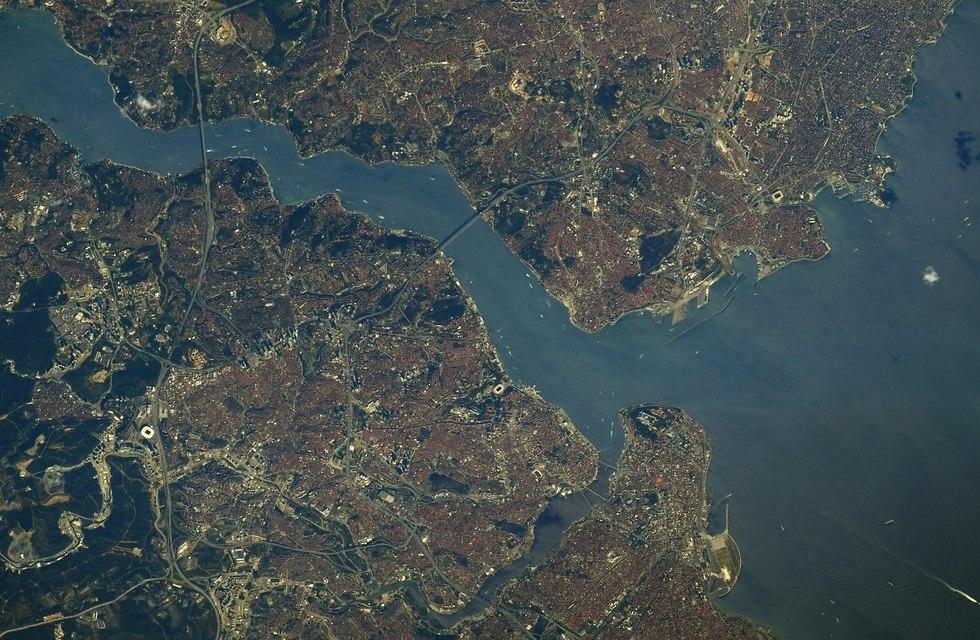 שתי יבשות בתמונה אחת. איסטנבול (צילום: ריצ'רד ארנולד, נאס