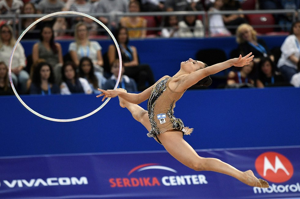 Линой Ашрам стала второй в упражнениях с обручем. Фото: AFP