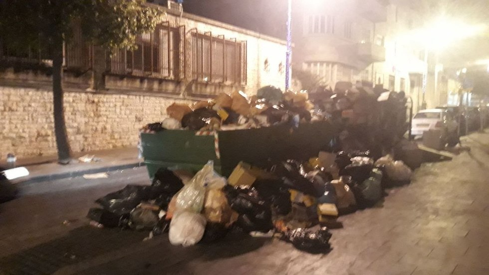 פח סמוך למדרחוב בן יהודה בירושלים בערב ראש השנה (צילום: אייל נחתומי)