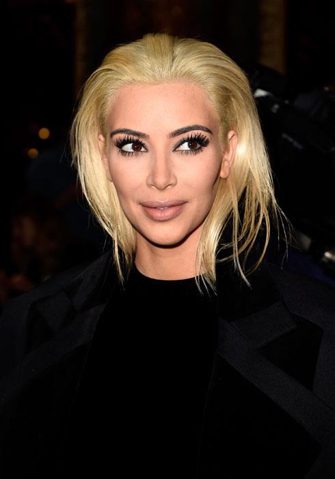 מהפך: לאחר שנים של שיער כהה, קרדשיאן מציגה בלונד נוצץ, שבאופן מפתיע גרם לה להיראות אלגנטית  (צילום: Pascal Le Segretain/GettyimagesIL)