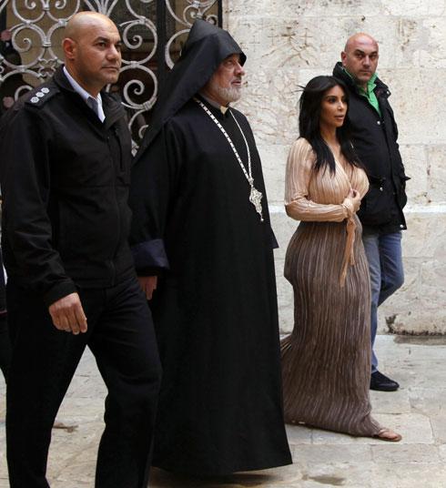 קרדשיאן בלבוש צנוע ברובע הארמני בירושלים, בביקורה הראשון בישראל. מה היא תלבש לביקור הבא?  (צילום: AP)