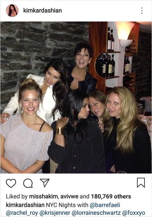 """""""היא חכמה אבל שטותניקית, אחות טובה אבל מציגה ריבים מפוצצים עם המשפחה שכולנו חיים איתה יחד בסלון"""". רפאלי עם בנות משפחת קרדשיאן (צילום: מתוך האינסטגרם של kimkardashian@)"""