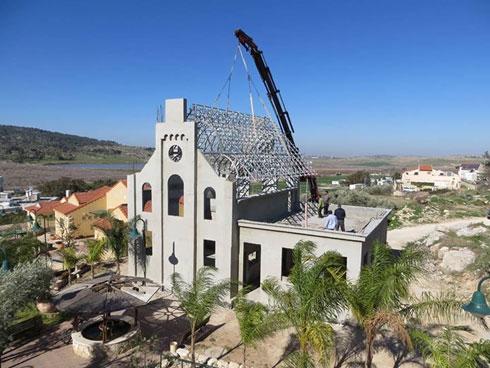 ההתחלה: שלד הבטון והגג (צילום: אהרון קורמן)