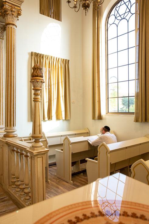 מתפלל בבית הכנסת ההולנדי במבוא חורון (צילום: דור נבו)