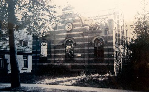 אחד משני הצילומים שנותרו מבית הכנסת שנחרב (צילום רפרודוקציה: דור נבו)