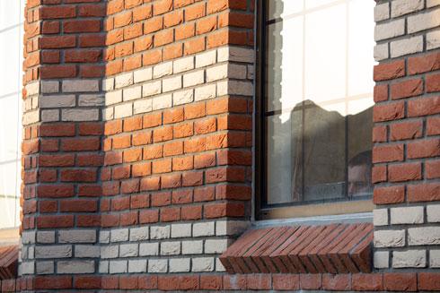 קירות הלבנים אינם חיפוי, אלא שכבת לבנים שנבנתה במשך כשלושה חודשים (צילום: דור נבו)