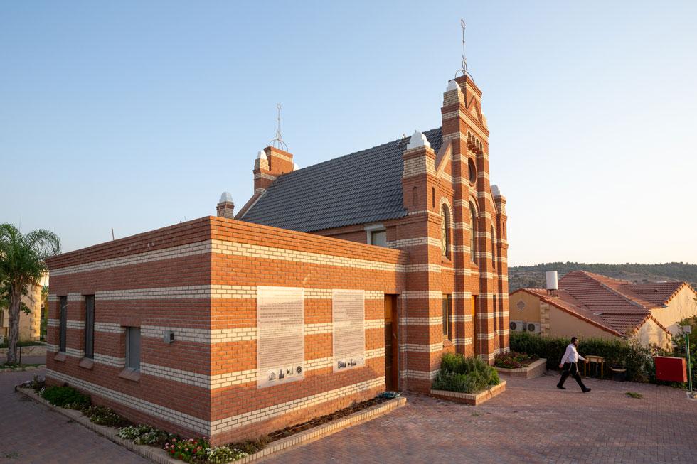 בית הכנסת ההולנדי במבוא חורון, שבו מתפללים תושבים יחד עם עשרות הדיירים של הוסטל ''חסדי אנוש'' (צילום: דור נבו)