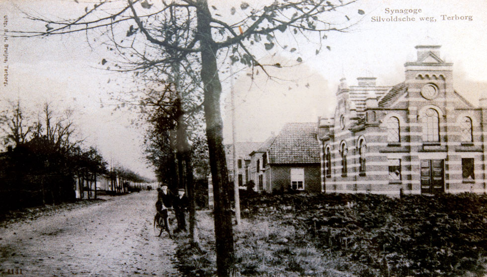 אחד משני תצלומים ששרדו: כך נראה בית הכנסת של הכפר ההולנדי טרבורג, על גבול גרמניה. הקהילה נספתה בשואה, ובית הכנסת נהרס לטובת בית מגורים (צילום: פסח פופ, רפרודוקציה: דור נבו)