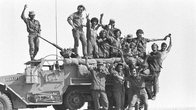 מלחמת יום הכיפורים  תצלום קבוצתי של חיילים על נגמ