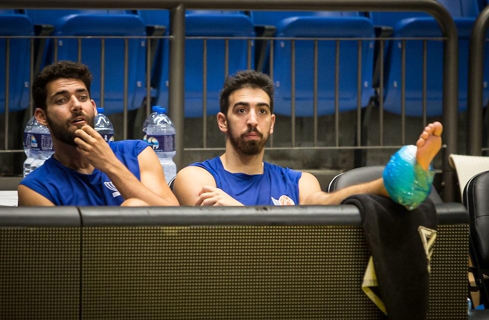 בר טימור ורפי מנקו בזמן אימון נבחרת ישראל (צילום: עוז מועלם)