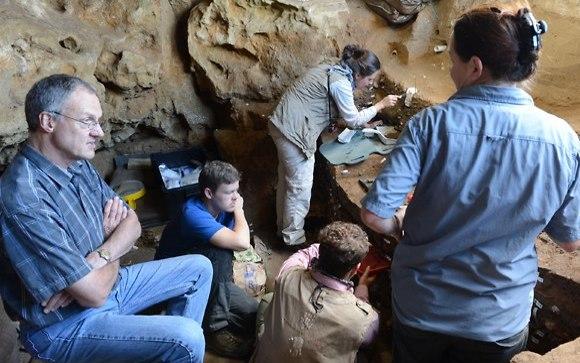 סימנים עם משמעות סמלית. הנשילווד (משמאל) וצוותו בחפירות במערת בלומבוס  (צילום: Ole Frederik Unhammer)