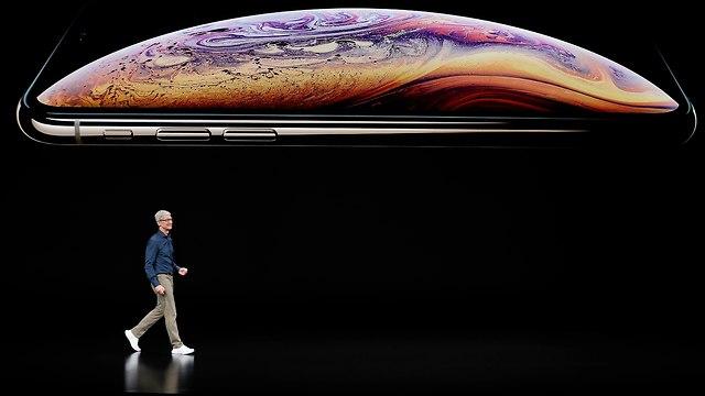 טים קוק בהשקת האייפונים החדשים:  XS MAX , XS  (צילום: AP)