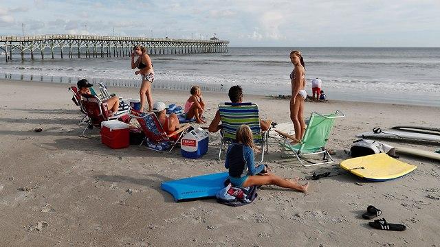 על החוף למרות האזהרות (צילום: רויטרס)