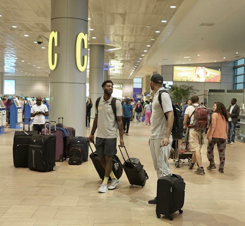 דיאנדרה קיין ואלכס טיוס בשדה התעופה (צילום: האתר הרשמי של מכבי תל אביב)