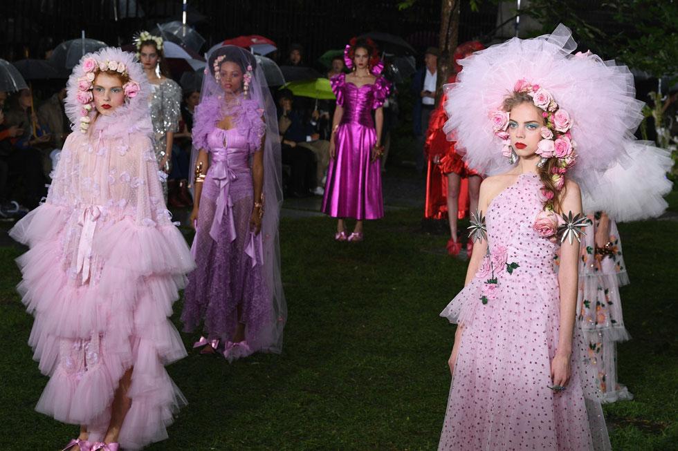 הדוגמניות מתחפשות לערוגות פרחים. תצוגת האופנה של רודארטה (צילום: Slaven Vlasic/GettyimagesIL)