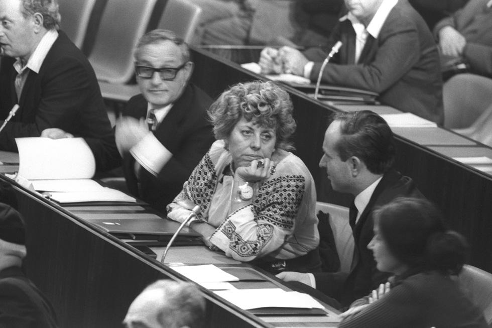 """אלוני במליאה, 1974. """"מצווה עלינו לערוך הלוויה ממלכתית לבושה שנסתלקה"""" (צילום: יעקב סער, לע""""מ)"""