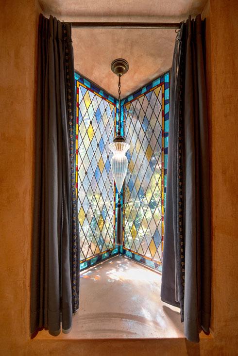 את חלונות הויטראז' יצרה שרון שטרסבורג (צילום: אילן נחום)