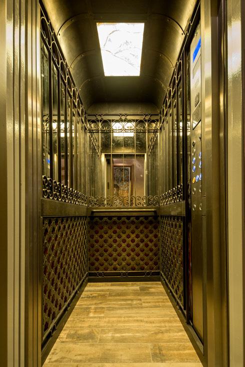 פנים המעלית מורכב מלוחות זכוכית וסבכות בנפחות עדינה (צילום: אילן נחום)