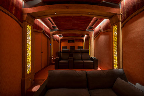 הקולנוע הביתי מזכיר אולם פריזאי (צילום: אילן נחום)