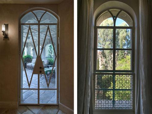 כל פתח בבית שונה, וזכה לטיפול מוקפד בעיצוב פרטיו ועיטוריו (צילום: אילן נחום)