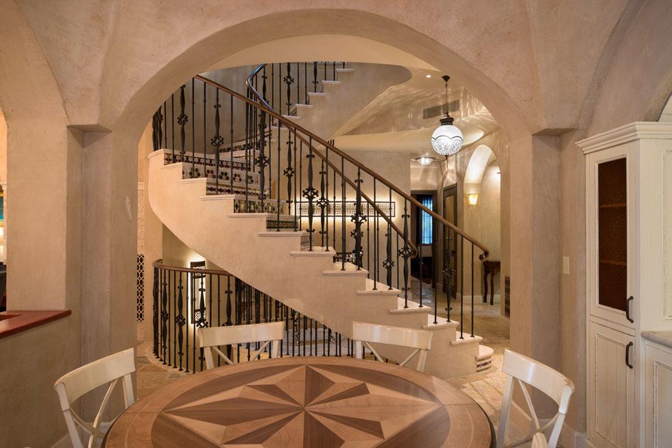 גרם המדרגות, שממוקם לצד המבואה, מקיף חלל אליפטי המתנשא לכל גובה הבית. במדרגות עצמן משולבים אריחי קרמיקה צבעונית מסוג זיליז', בעיטורים גיאומטריים (צילום: אילן נחום)