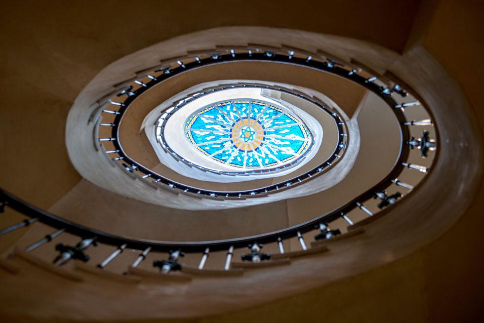 את חלון התקרה (סקיי-לייט) בראש גרם המדרגות יצרה אמנית הזכוכית שרון שטרסבורג. במרכזו מגן דוד (צילום: אילן נחום)